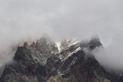 Der Nebel hüllt die Berge ein.
